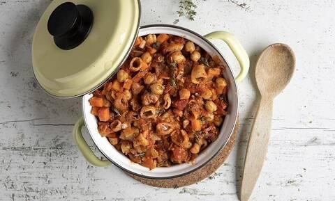 Ρεβίθια με λαχανικά και καλαμαράκια