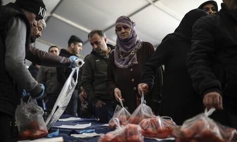 Τουρκία: Η λίρα «βυθίζεται» και ο Ερντογάν…μοιράζει πατάτες και κρεμμύδια