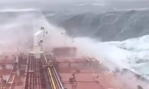 Τσουνάμι 30 μέτρων «κατάπιε» ολόκληρο τάνκερ (video)