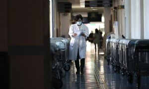 Κρούσματα σήμερα: Ολοταχώς για αύξηση – Αγωνία για τις εισαγωγές στα νοσοκομεία και τις ΜΕΘ