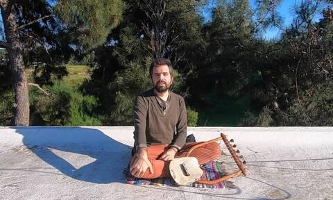 Θεσσαλονίκη: Αμερικανός φοιτητής, λάτρης του αρχαιοελληνικού πολιτισμού, μαθαίνει αρχαία λύρα
