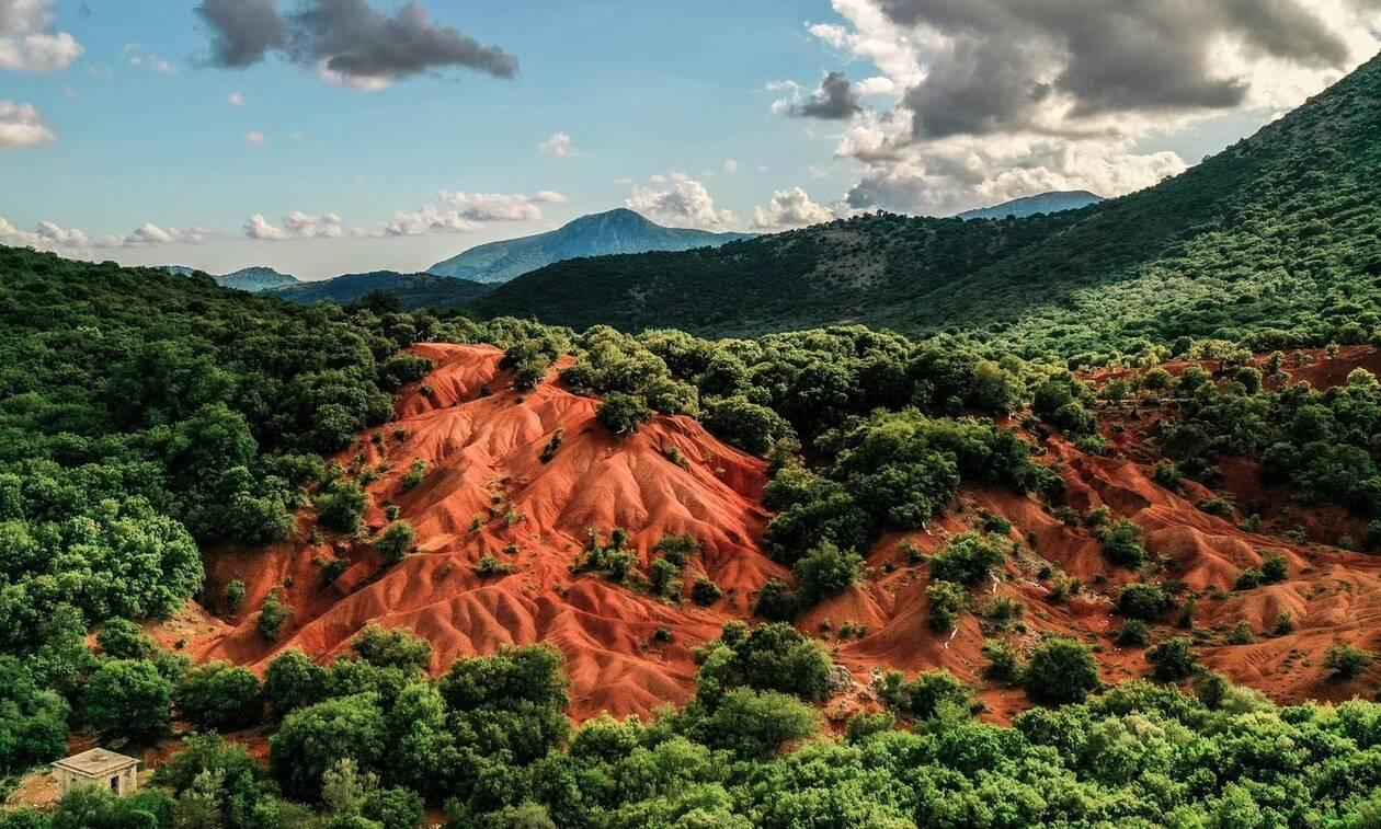 Κοκκινοπηλός: Η κόκκινη πλαγιά της Ελλάδας που θα σε μαγέψει