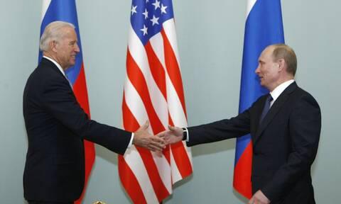 Ο Τζο Μπάιντεν με τον Βλαντιμίρ Πούτιν