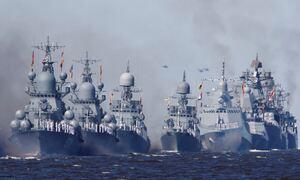 Στην... κόψη του ξυραφιού: Ο Πούτιν βγάζει το στόλο στη Μαύρη Θάλασσα - Τείχος στα πλοία των ΗΠΑ