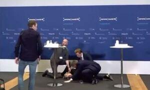 Δανία: Η επικεφαλής του εθνικού οργανισμού φαρμάκων κατέρρευσε κατά τη διάρκεια συνέντευξης (vid)