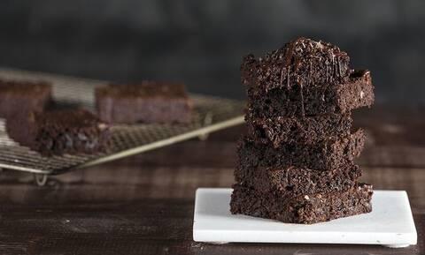 Άκης Πετερτζίκης: Συνταγή για brownies με αβοκάντο χωρίς μίξερ