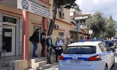 Θεσσαλονίκη: Βίντεο ντοκουμέντο από τη στιγμή που πολίτες περικυκλώνουν περιπολικό της ΕΛ.ΑΣ.