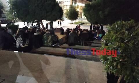 Θεσσαλονίκη: Νέο κορονοπάρτι στο ΑΠΘ - Απίστευες εικόνες συνωστισμού