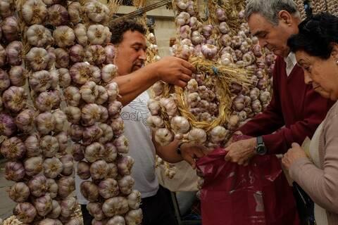 Κορονοϊός: Η απόσταση ασφαλείας και το «κόλπο» της…αναπνοής του σκόρδου