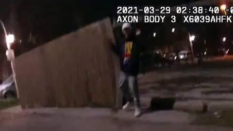Σοκ στις ΗΠΑ από βίντεο με αστυνομικό να πυροβολεί 13χρονο που έχει σηκώσει τα χέρια ψηλά