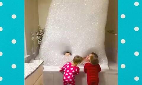 Ξεκαρδιστικό βίντεο με παιδιά μέσα στην μπανιέρα