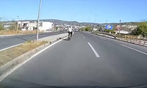 Ο ποδηλάτης στην (αντίθετη) αριστερή λωρίδα