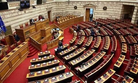 Ερώτηση βουλευτών της ΝΔ επειδή ο Σπύρος Γραμμένος τραγούδησε το «Είμαι κουκουλοφόρος» στην ΕΡΤ