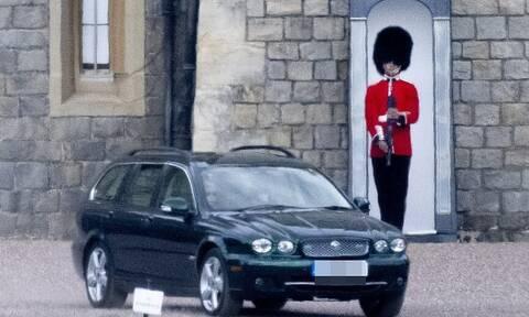 Βασίλισσα Ελισάβετ: Οι πρώτες φωτογραφίες μετά τον θάνατο του Φίλιππου - Έβγαλε βόλτα τα σκυλιά της