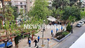Πλατεία Βαρνάβα: «Περικυκλωμένη» από δεκάδες αστυνομικούς - Βάζουν «φρένο» στα κορονοπάρτι
