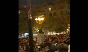 Lockdown: Ο κόσμος δεν κρατιέται πια! Χαμός σε πάρκα και πλατείες - Ποτό take away και κορονοπάρτι