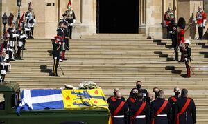 LIVE BLOG: Η κηδεία του πρίγκιπα Φιλίππου - Με τον ελληνικό σταυρό ντυμένο το φέρετρο