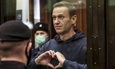 Ναβάλνι: Συνεχίζει την απεργία πείνας - Κινδυνεύει με νεφρική ανεπάρκεια, χειροτερεύει η όρασή του