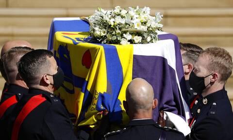 Κηδεία πρίγκιπα Φιλίππου: Το λάβαρο με τον ελληνικό σταυρό που σκέπασε το φέρετρό του