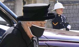 Κηδεία πρίγκιπα Φιλίππου: Η στιγμή που η Βασίλισσα Ελισάβετ μπαίνει στο παρεκκλήσι (pics)
