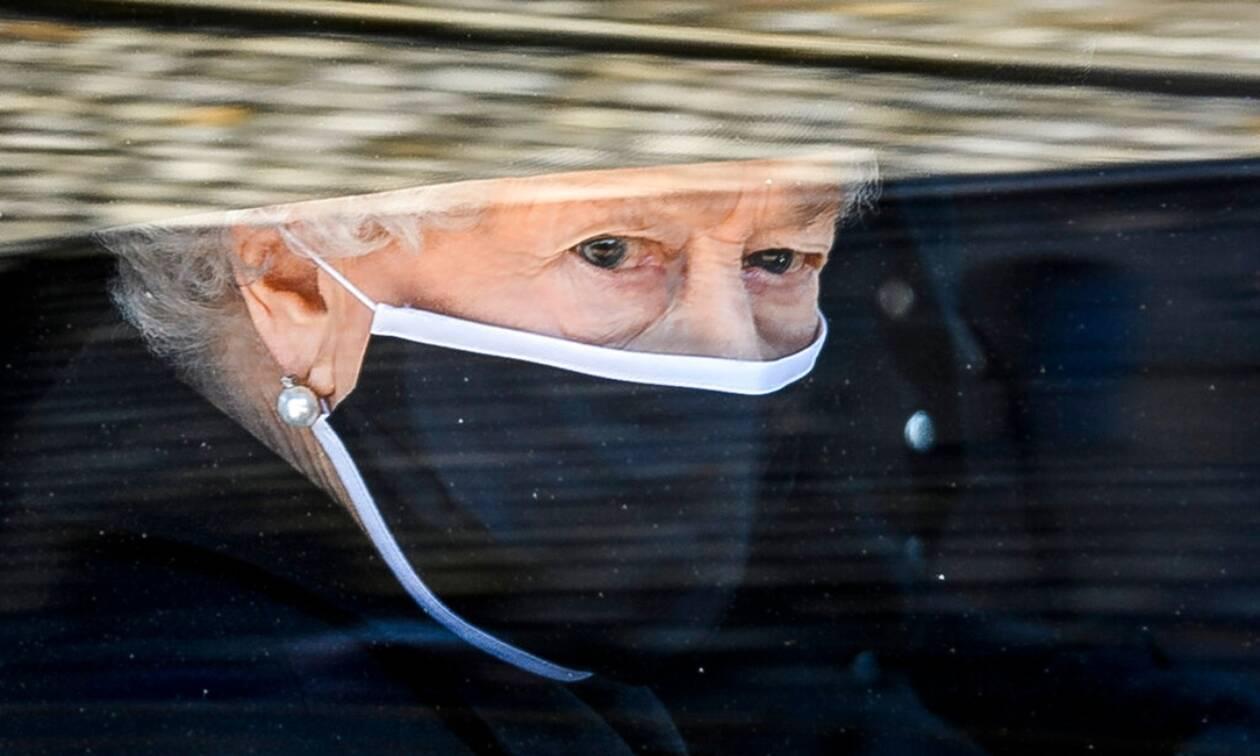 Bασίλισσα Ελισάβετ: η κίνηση που όλοι είδαν αλλά κανείς δεν κατάλαβε τη σημασία της
