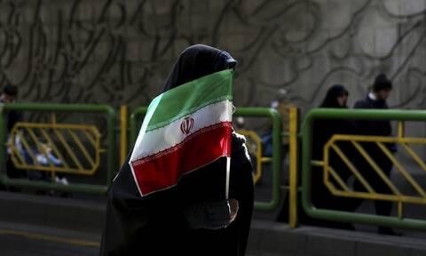 Γυναίκα με ιρανική σημαία
