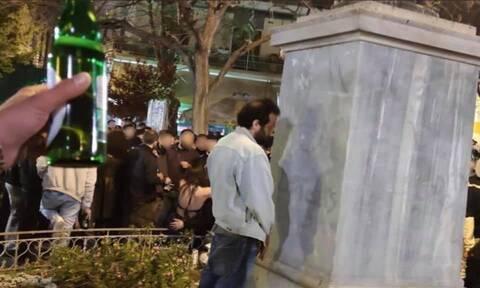 Οργή Μπακογιάννη για τον άνδρα που ούρησε σε άγαλμα στην Κυψέλη