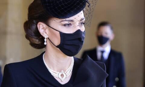 Kate Middleton: To μαργαριταρένιο κόσμημα που φόρεσε στην κηδεία έκρυβε ένα μεγάλο royal «μυστικό»