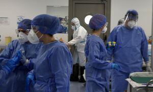 Lockdown: Η κόπωση έφερε χαλάρωση- Ασφυξία στα νοσοκομεία, μάχη να αναχαιτιστεί η πληρότητα στις ΜΕΘ