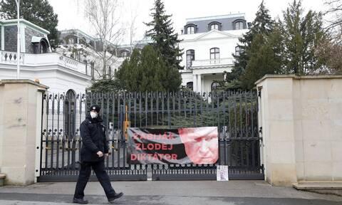 Η Μόσχα απελαύνει 20 Τσέχους διπλωμάτες - Η Ουάσιγκτον στηρίζει την Πράγα