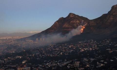 Νότια Αφρική: Εκκενώθηκε συνοικία του Κέιπ Τάουν - Μαίνεται μεγάλη πυρκαγιά