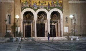 Πάσχα: Επιτάφιος γύρω από το ναό, Ανάσταση νωρίς και ψήσιμο στο... μπαλκόνι - Όλα τα σενάρια