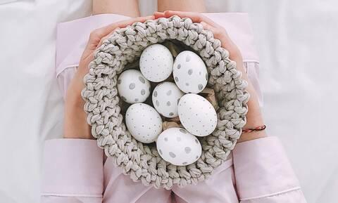 Αυτός είναι ο σωστός χρόνος που πρέπει να βράσετε τα αυγά πριν τα βάψετε