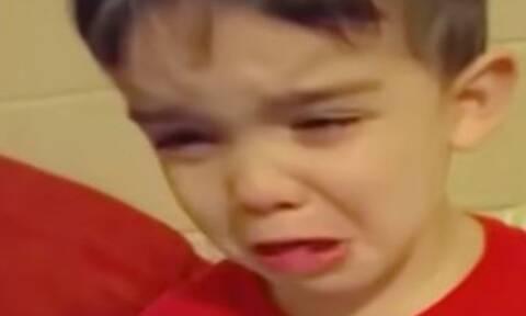 Κι όμως ο λόγος που κλαίει ο πιτσιρικάς είναι απίστευτος (vid)