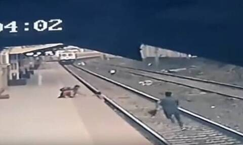 Ινδία: Η δραματική διάσωση 6χρονου από αποβάθρα… δευτερόλεπτα πριν φτάσει το τρένο (vid)