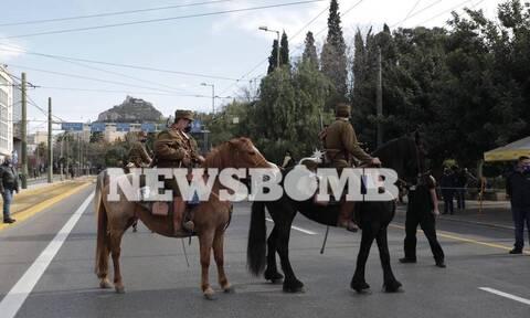 Ρεπορτάζ Newsbomb.gr: Ποιοι είναι οι έφιπποι που έκαναν το Σύνταγμα να σειστεί στις 25 Μαρτίου