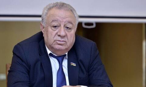 Viral πρώην βουλευτής στο Αζερμπαϊτζάν ο οποίος «έβαλε χέρι» σε συνεργάτιδά του ενώ έκανε Zoom