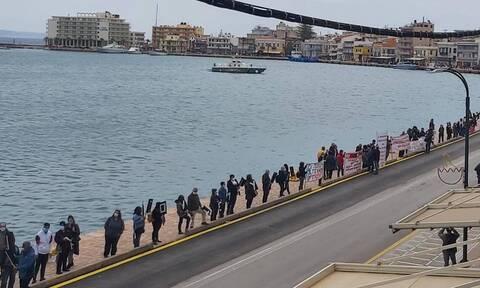 Χίος: Ειρηνική διαδήλωση για το μεταναστευτικό στο λιμάνι