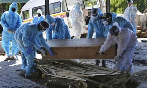 Κορονοϊός - Ινδία: Καταρρέει η χώρα από την πανδημία - Νεκροί καίγονται σε αυτοσχέδια κρεματόρια