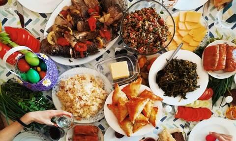 Πώς το οικογενειακό πασχαλινό τραπέζι γίνεται ένα γευστικό «οδοιπορικό» σε κάθε γωνιά της Ελλάδας