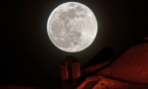 «Ροζ» Πανσέληνος: Μαγευτικές εικόνες του ολόγιομου φεγγαριού από το Νάυπλιο