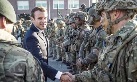 Γαλλία: 20 απόστρατοι στρατηγοί απειλούν με πραξικόπημα τον Εμανουέλ Μακρόν – Τι ζητάνε