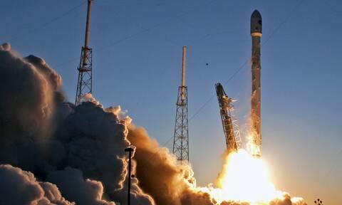 «Πόλεμος των άστρων» μεταξύ Μπέζος και Μασκ: Η Blue Origin αμφισβητεί συμβόλαιο της SpaceX