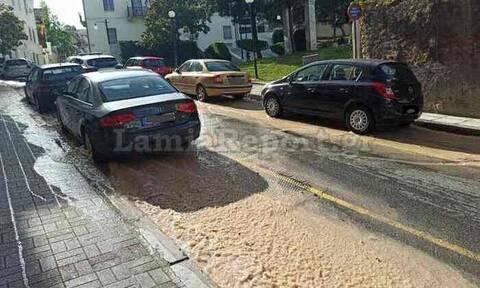 Λαμία: «Πλημμύρισε» δρόμος στο κέντρο της πόλης - Έσπασε κεντρικός αγωγός της ΔΕΥΑΛ