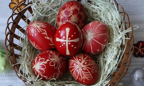 Μεγάλη Πέμπτη: 8 διαφορετικοί τρόποι για να βάψετε τα αυγά σας