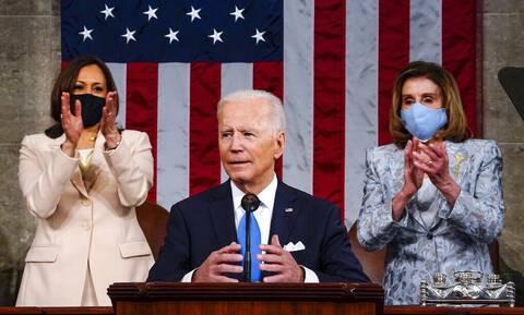 ΗΠΑ: Γράφτηκε ιστορία στο Κογκρέσο - Πίσω από τον πρόεδρο Μπάιντεν κάθισαν δύο γυναίκες