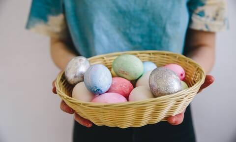 Σήμερα βάψε τα πασχαλινά σου αυγά με αυτούς τους 10 πανεύκολους τρόπους (video)