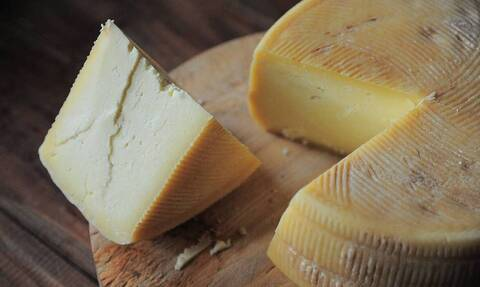 Βάζετε το τυρί με μεμβράνη στο ψυγείο; Σταματήστε το αμέσως!