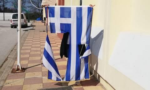 Σάλος: 14χρονα έσκισαν την ελληνική σημαία σε σχολείο