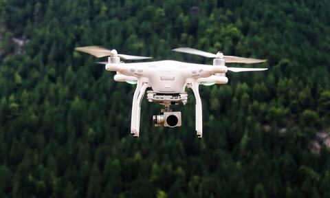 Υπέροχες εικόνες: Πέντε drones σχημάτισαν στον ουρανό γιγαντιαίο ποδοσφαιριστή (video)